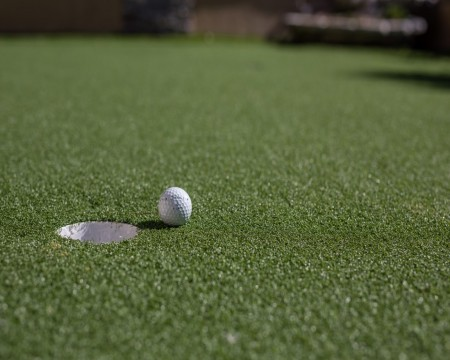 Stage Coach Lodge - Practing your putting skills!